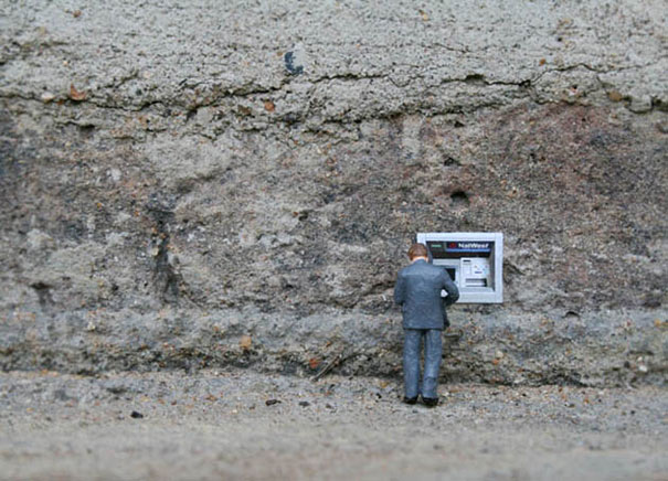 slinkachu-little-people-bank-1