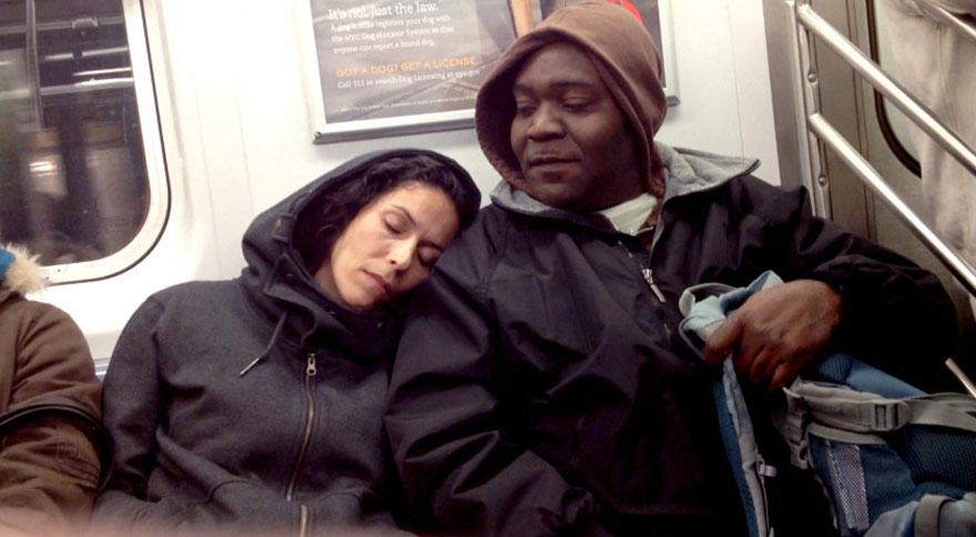 metro-sconosciuti-addormenta-sulla-spalla