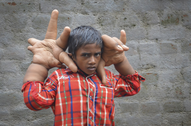 bambino-indiano-mani-giganti-