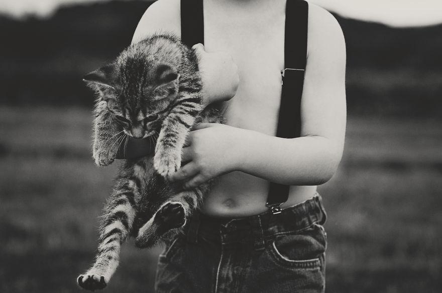 bambini-che-giocano-con-gatti-fotografia-02