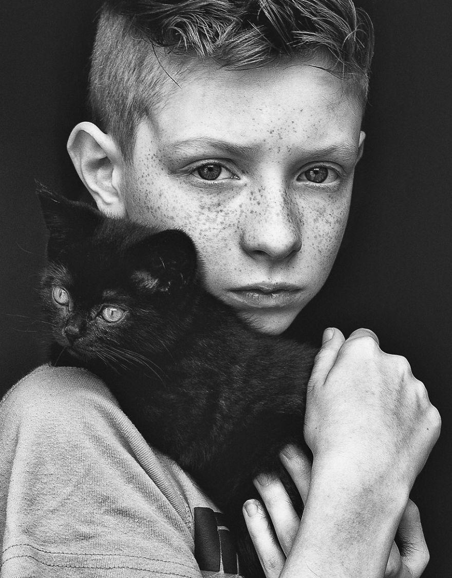 bambini-che-giocano-con-gatti-fotografia-33