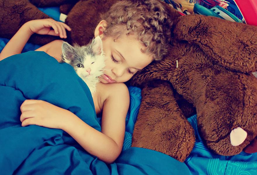 bambini-che-giocano-con-gatti-fotografia-39