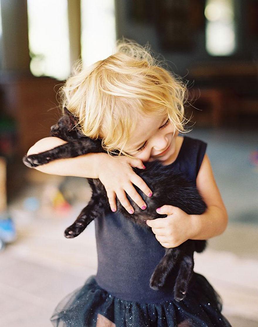 bambini-che-giocano-con-gatti-fotografia-43
