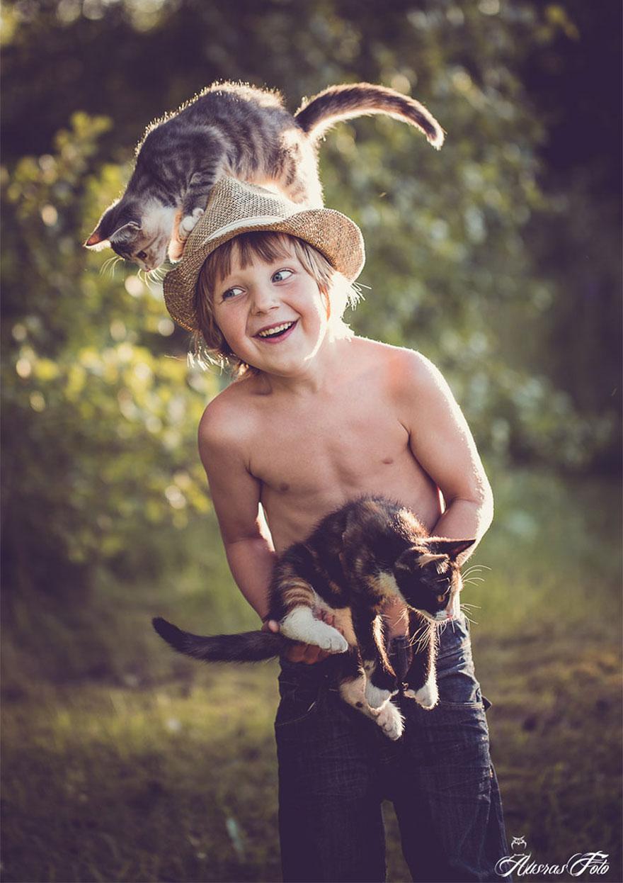 bambini-che-giocano-con-gatti-fotografia-50