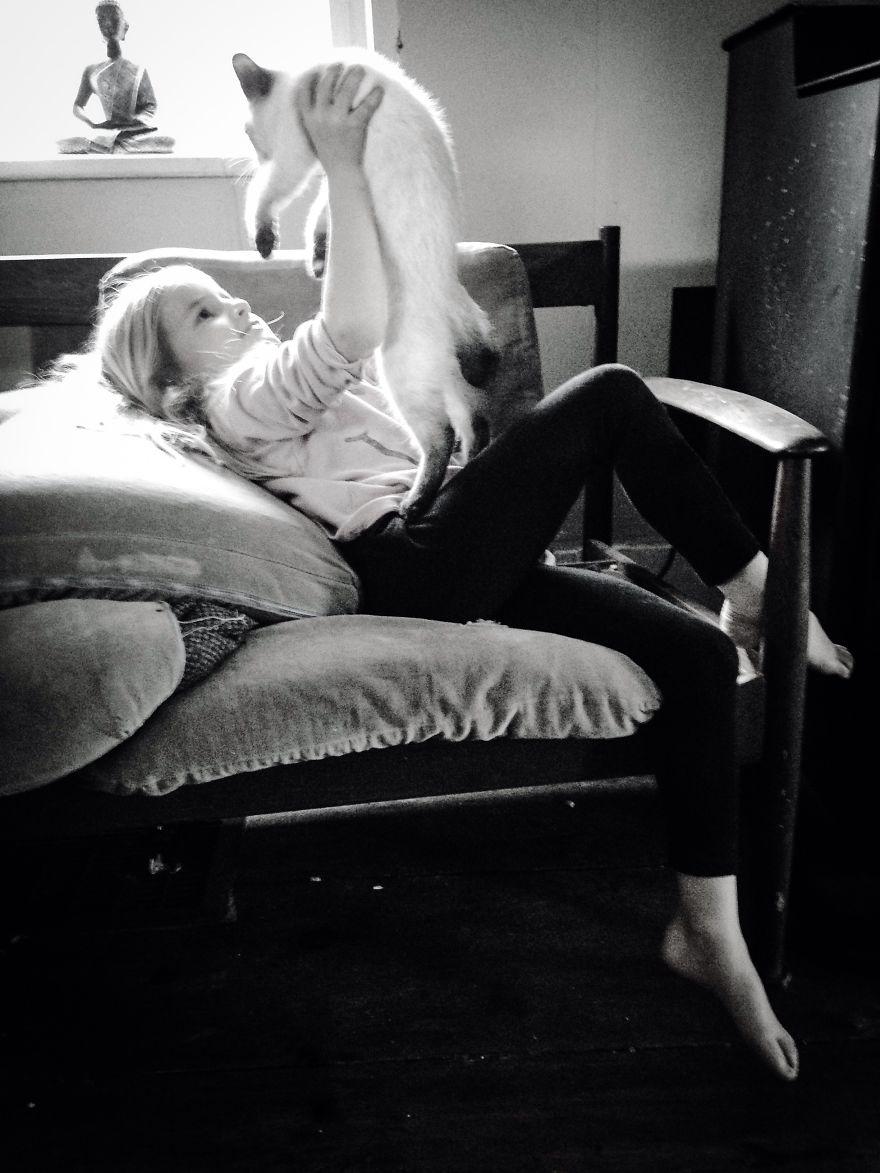 bambini-che-giocano-con-gatti-fotografia-58