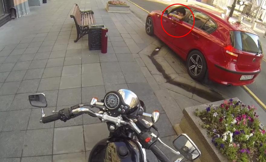 motociclista-anonima-contro-automobilisti-sporchi-1
