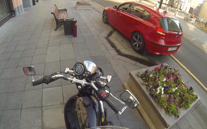 motociclista-anonima-contro-automobilisti-sporchi-3