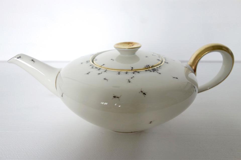 piatti-porcellana-dipinti-a-mano-formiche-Evelyn-Bracklow-4