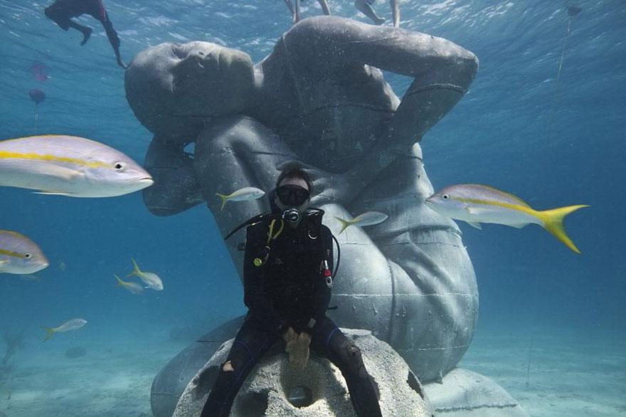 Statua sott'acqua di una donna che sostiene l'oceano  Ocean-atlas-atlante-bahamas-scultura-statua-immersa-jason-decaires-1