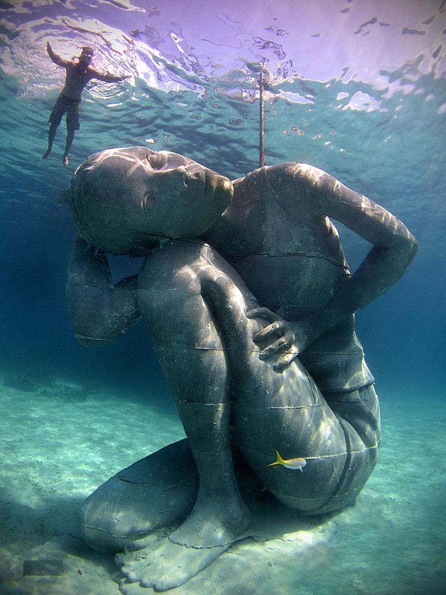 Statua sott'acqua di una donna che sostiene l'oceano  Ocean-atlas-atlante-bahamas-scultura-statua-immersa-jason-decaires-2