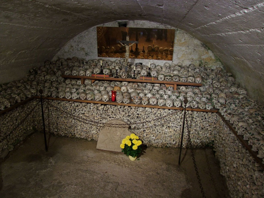 ossari-catacombe-monumenti-ossa-teschi-umani-01