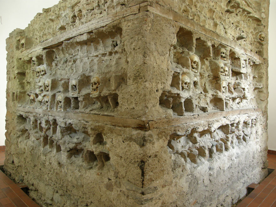 ossari-catacombe-monumenti-ossa-teschi-umani-07