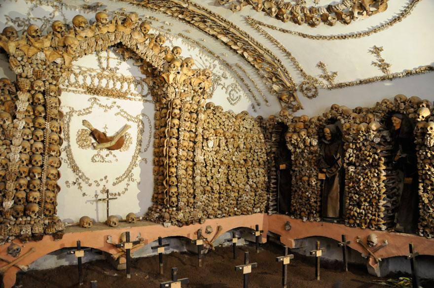 ossari-catacombe-monumenti-ossa-teschi-umani-08