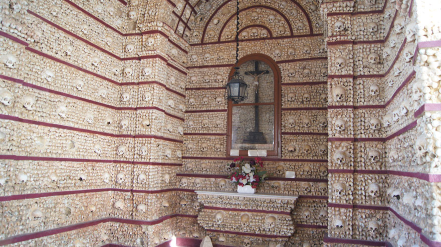 ossari-catacombe-monumenti-ossa-teschi-umani-12