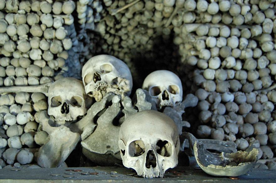 ossari-catacombe-monumenti-ossa-teschi-umani-14