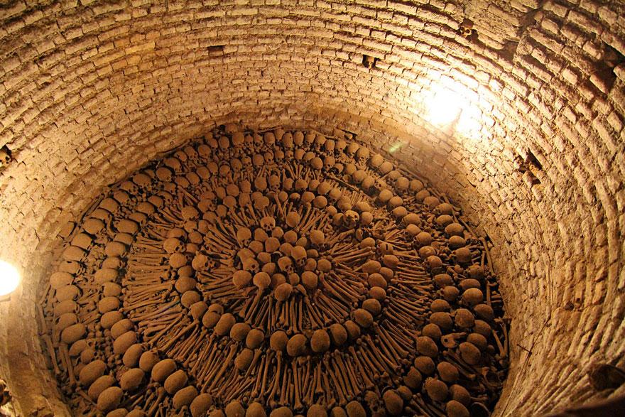 ossari-catacombe-monumenti-ossa-teschi-umani-16