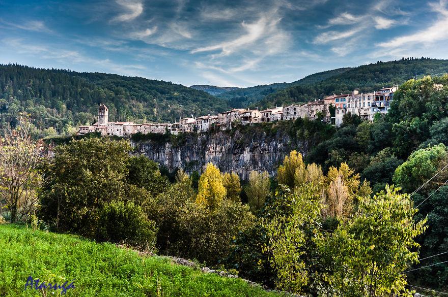 paesi-scogliere-colline-ripide-rocche-mondo-93