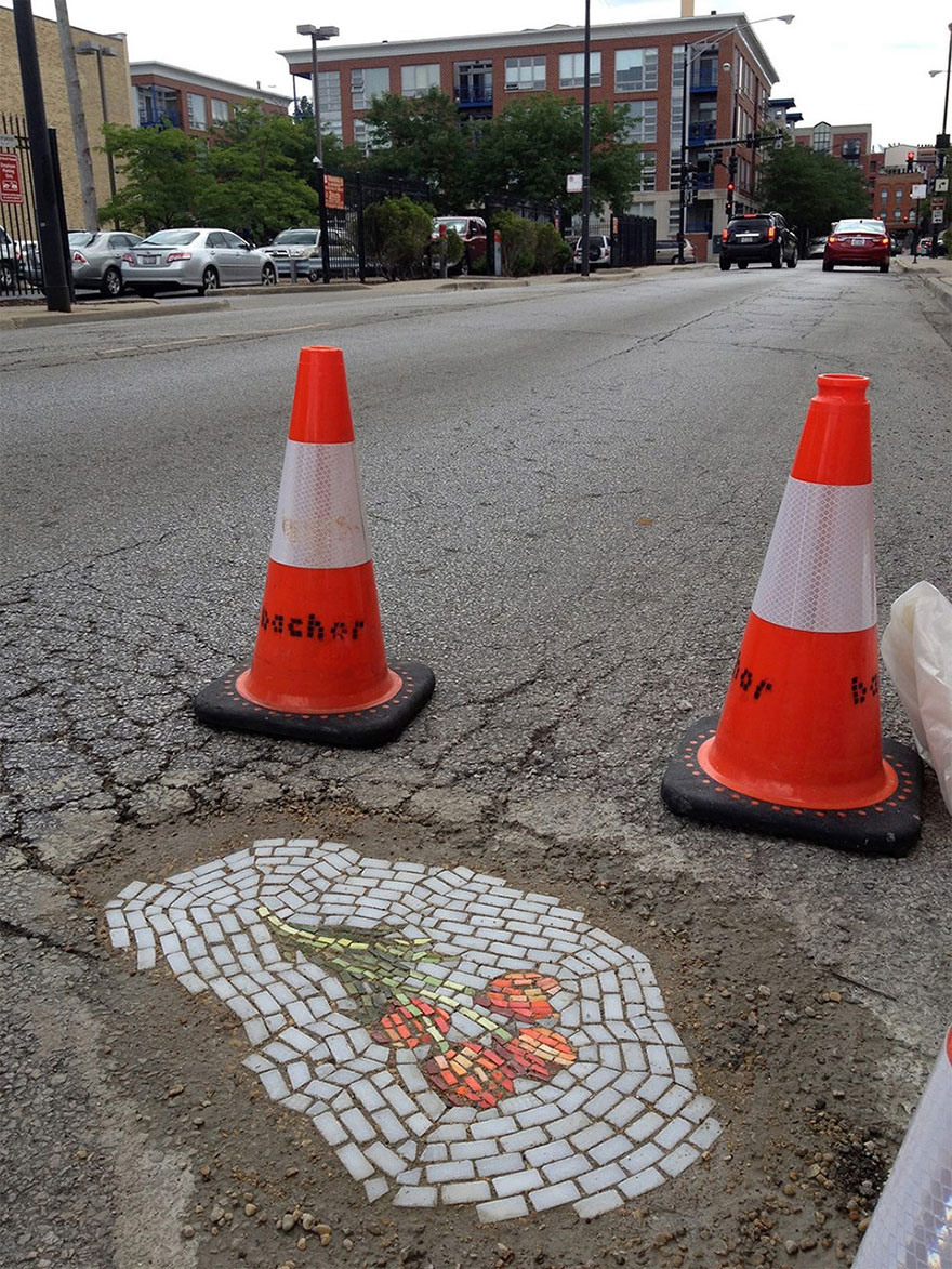 street-art-buche-strade-chicago-mosaici-jim-bachor-2