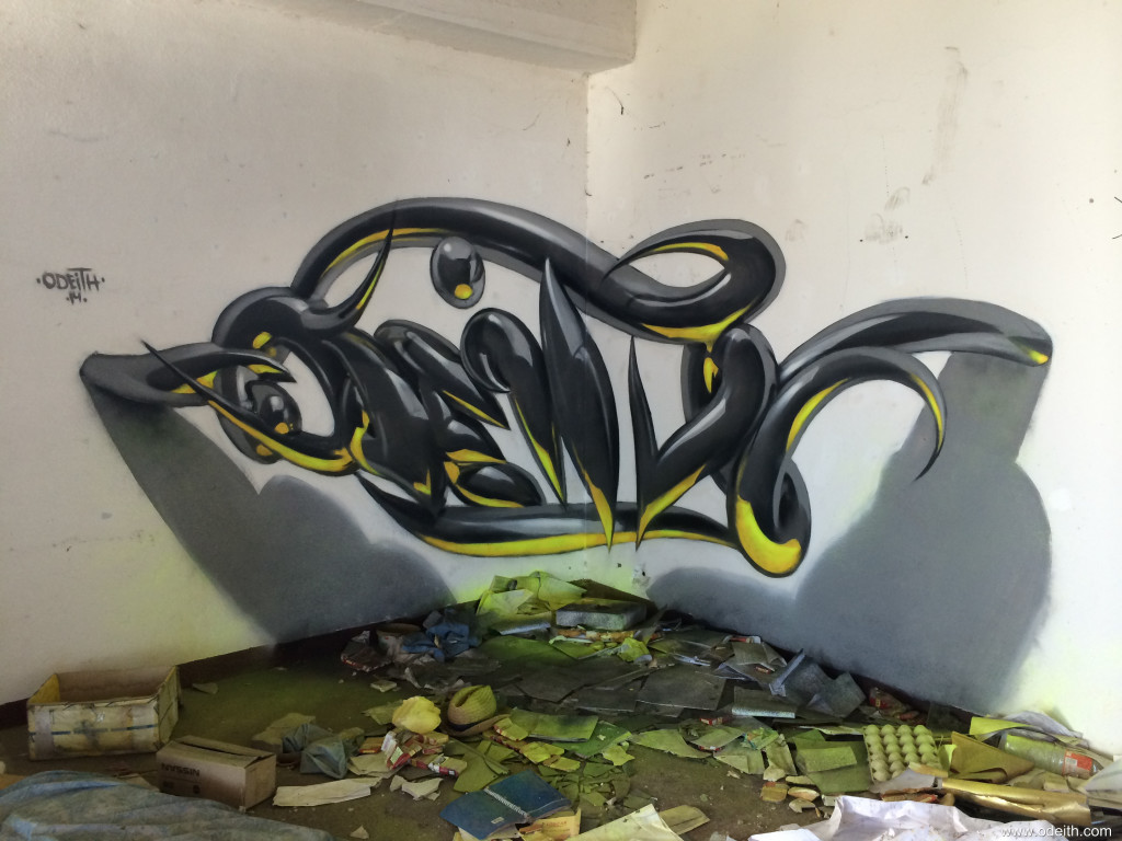 Odeith-anamorphic-chrome-tubes-letters-yellow-fluor-botom-light