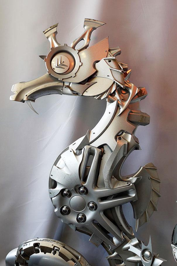 arte-sculture-riciclare-borchie-coprimozzi-ptolemy-elrington-09