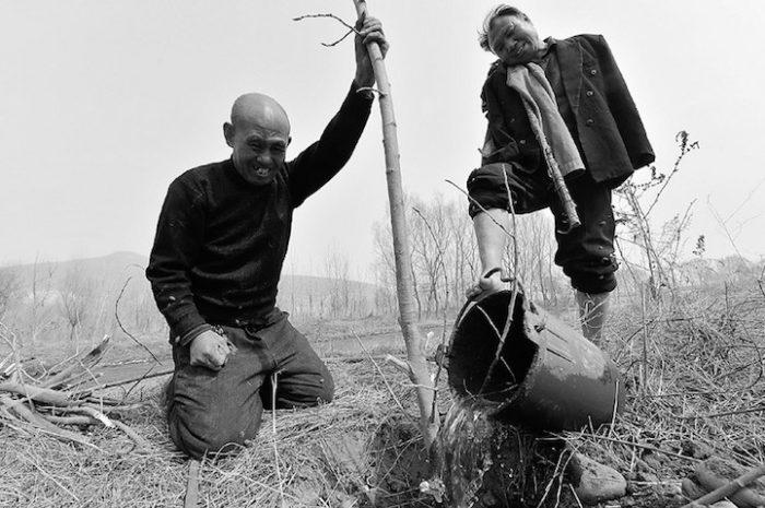 amici-anziani-cieco-disabile-senza-braccia-piantano-10000-alberi-cina-01