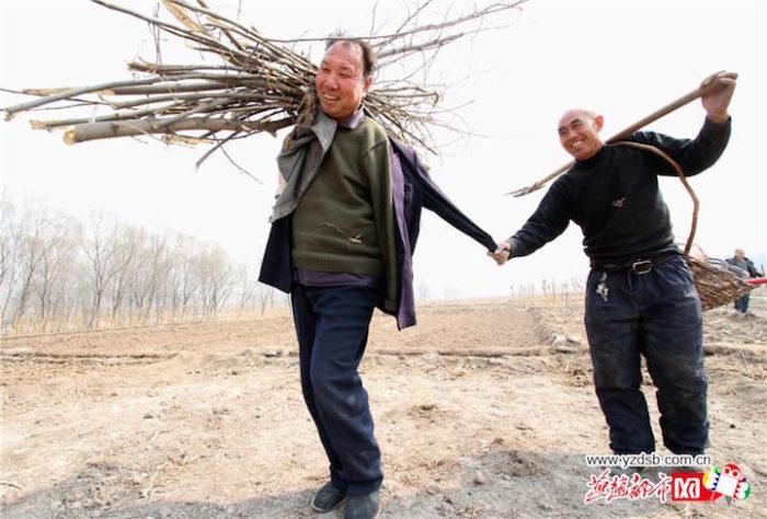 amici-anziani-cieco-disabile-senza-braccia-piantano-10000-alberi-cina-07