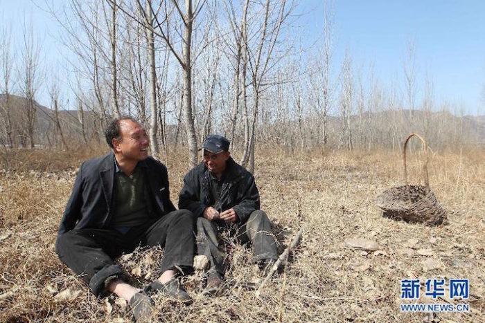 amici-anziani-cieco-disabile-senza-braccia-piantano-10000-alberi-cina-12