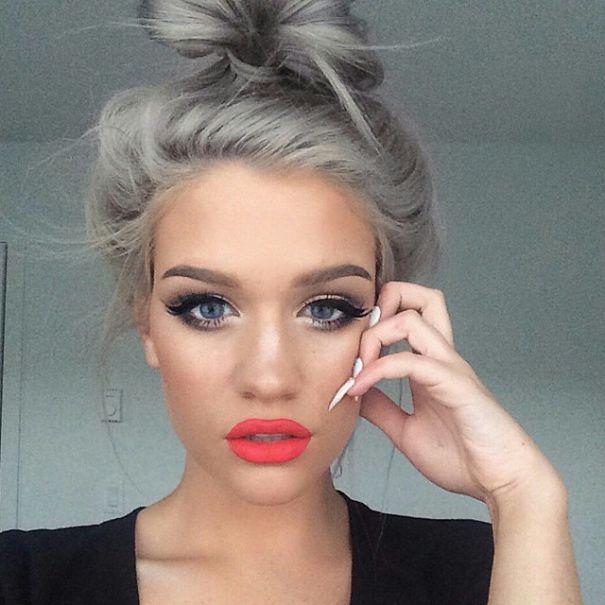 La nuova moda dei capelli grigi  giovani ragazze che si tingono i ... eee078803fe0