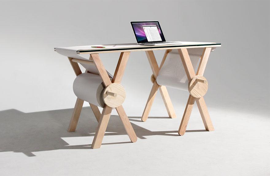 scrivania-tavolo-rotolo-carta-appunti-1