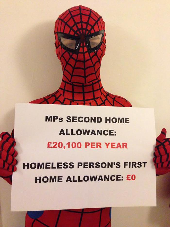 spiderman-uomo-ragno-costume-birmingham-cibo-poveri-senzatetto-1