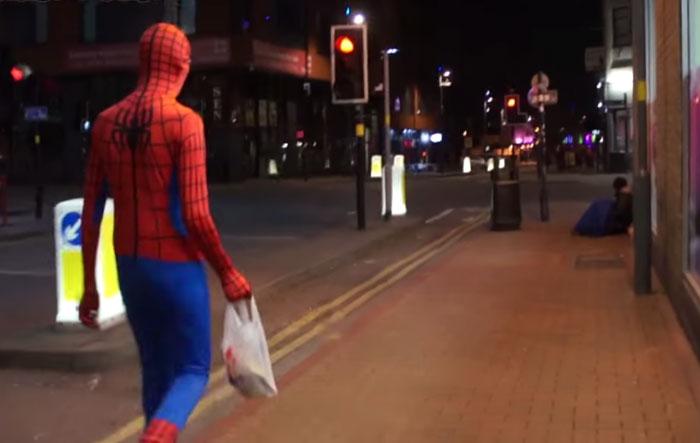 spiderman-uomo-ragno-costume-birmingham-cibo-poveri-senzatetto-2