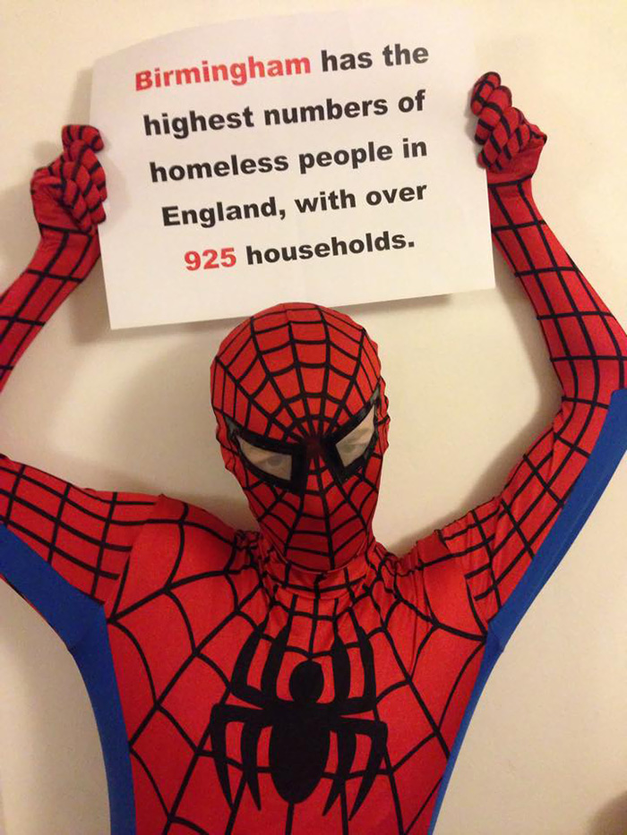 spiderman-uomo-ragno-costume-birmingham-cibo-poveri-senzatetto-3