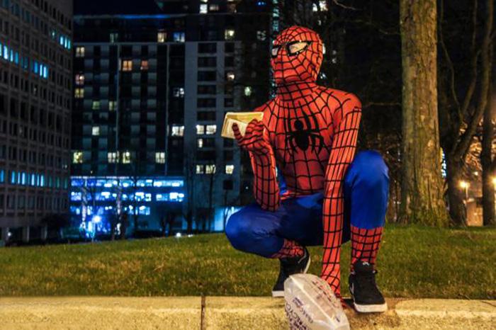 spiderman-uomo-ragno-costume-birmingham-cibo-poveri-senzatetto-4