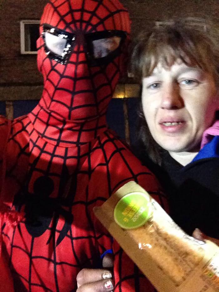spiderman-uomo-ragno-costume-birmingham-cibo-poveri-senzatetto-5