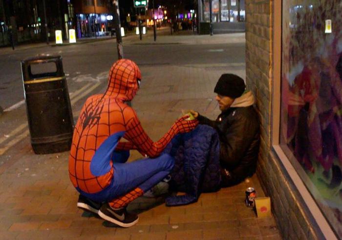 spiderman-uomo-ragno-costume-birmingham-cibo-poveri-senzatetto-6