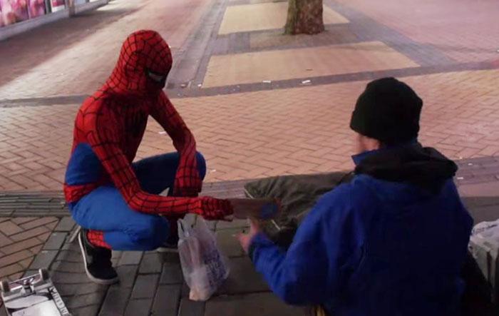 spiderman-uomo-ragno-costume-birmingham-cibo-poveri-senzatetto-8