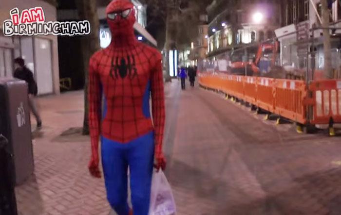 spiderman-uomo-ragno-costume-birmingham-cibo-poveri-senzatetto-9