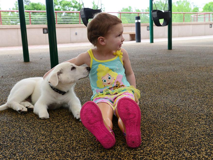 bambina-3-anni-piedi-amputati-cucciolo-cane-senza-zampa-2