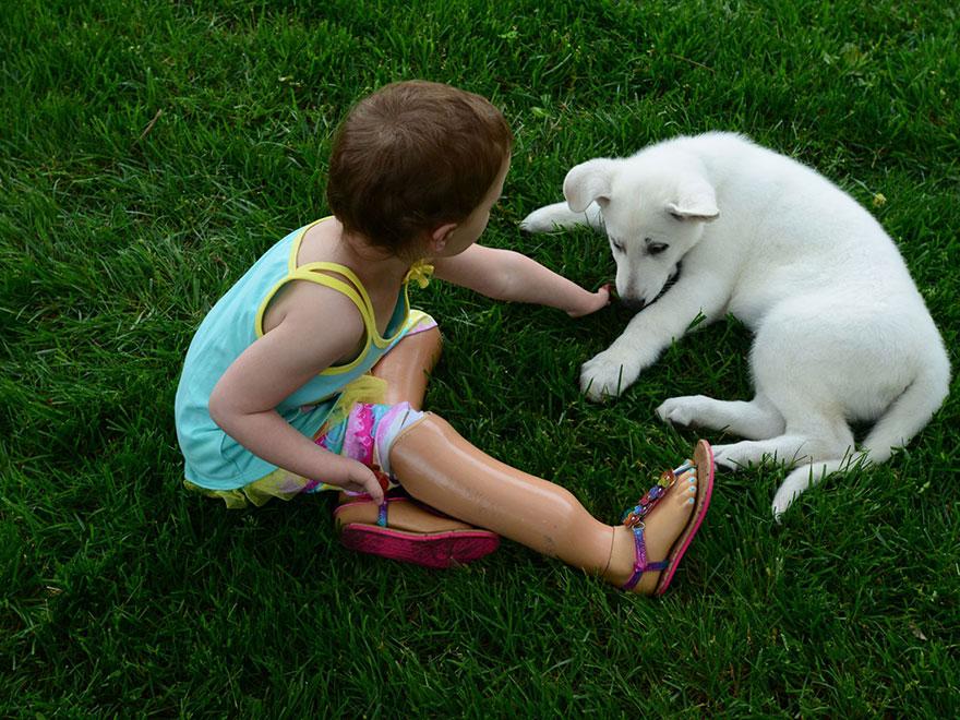 bambina-3-anni-piedi-amputati-cucciolo-cane-senza-zampa-6