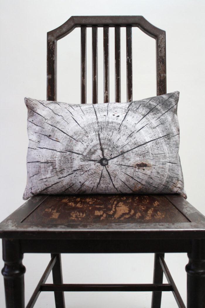 Artista crea bellissimi cuscini con immagini tridimensionali di piante e fiori che trova fuori - Cuscini per divano letto ...