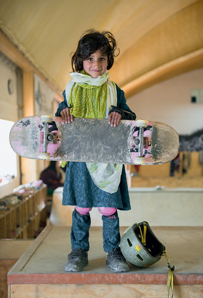 fotografia-afghanistan-bambine-skateboard-Jessica-Fulford-Dobson-1