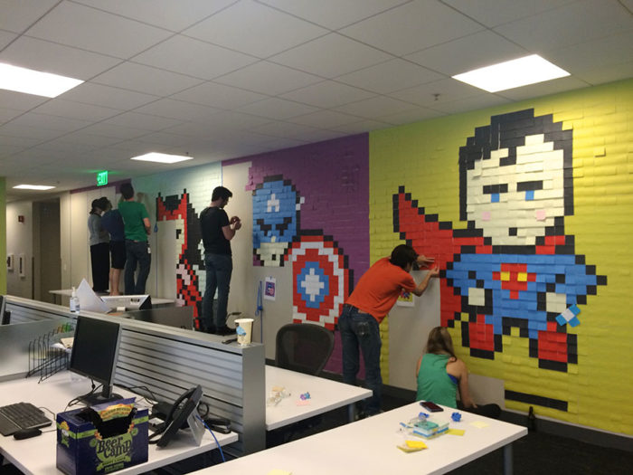 pareti-ufficio-post-it-arte-supereroi-ben-brucker-01