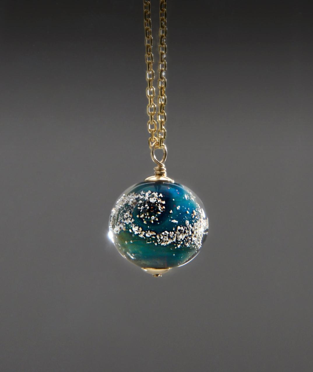 Quest 39 artista crea dei ciondoli di vetro fuso con le - Ciondolo porta ceneri ...
