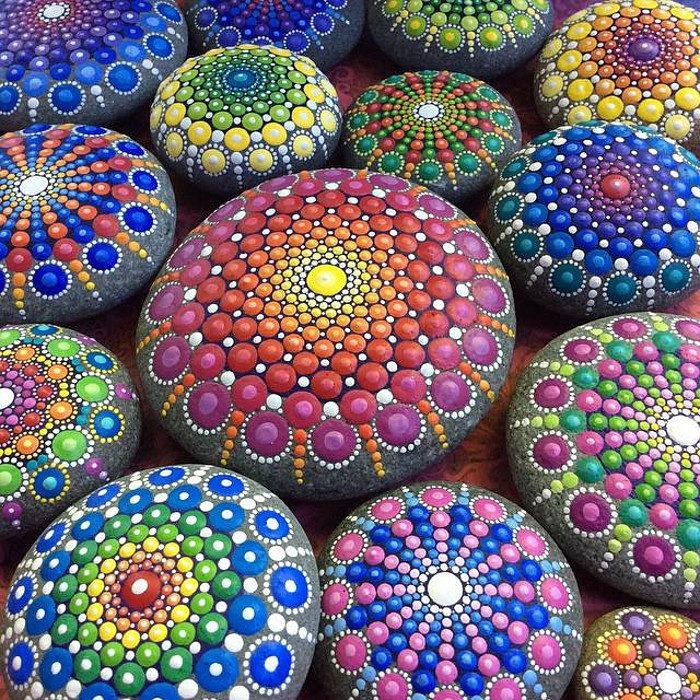 pietre-sassi-ciottoli-mare-decorati-colorati-03