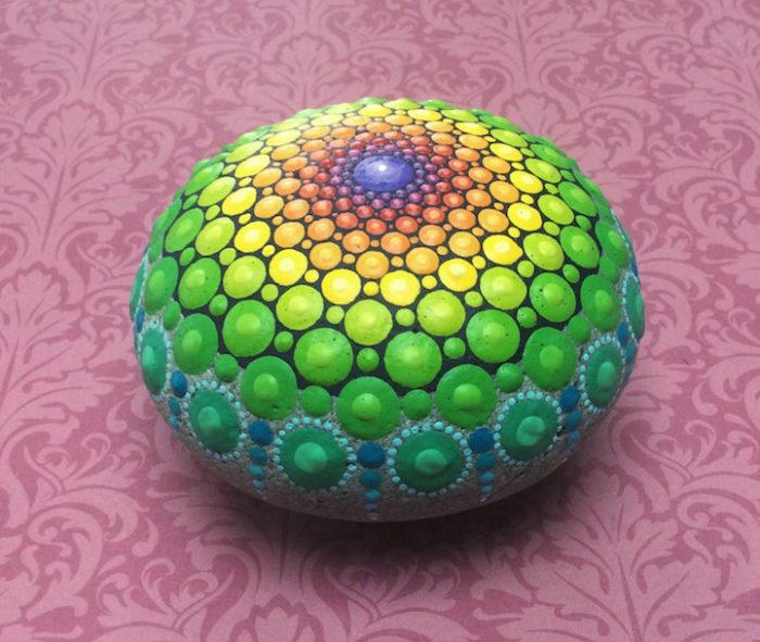 pietre-sassi-ciottoli-mare-decorati-colorati-09