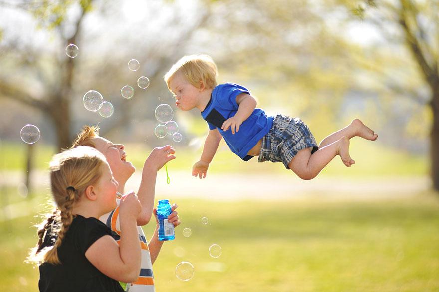 sindrome-down-bambino-vola-fotografia-adam-lawrence-13