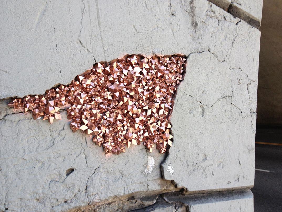 street-art-cristalli-geodi-installazioni-muri-città-Paige-Smith-1