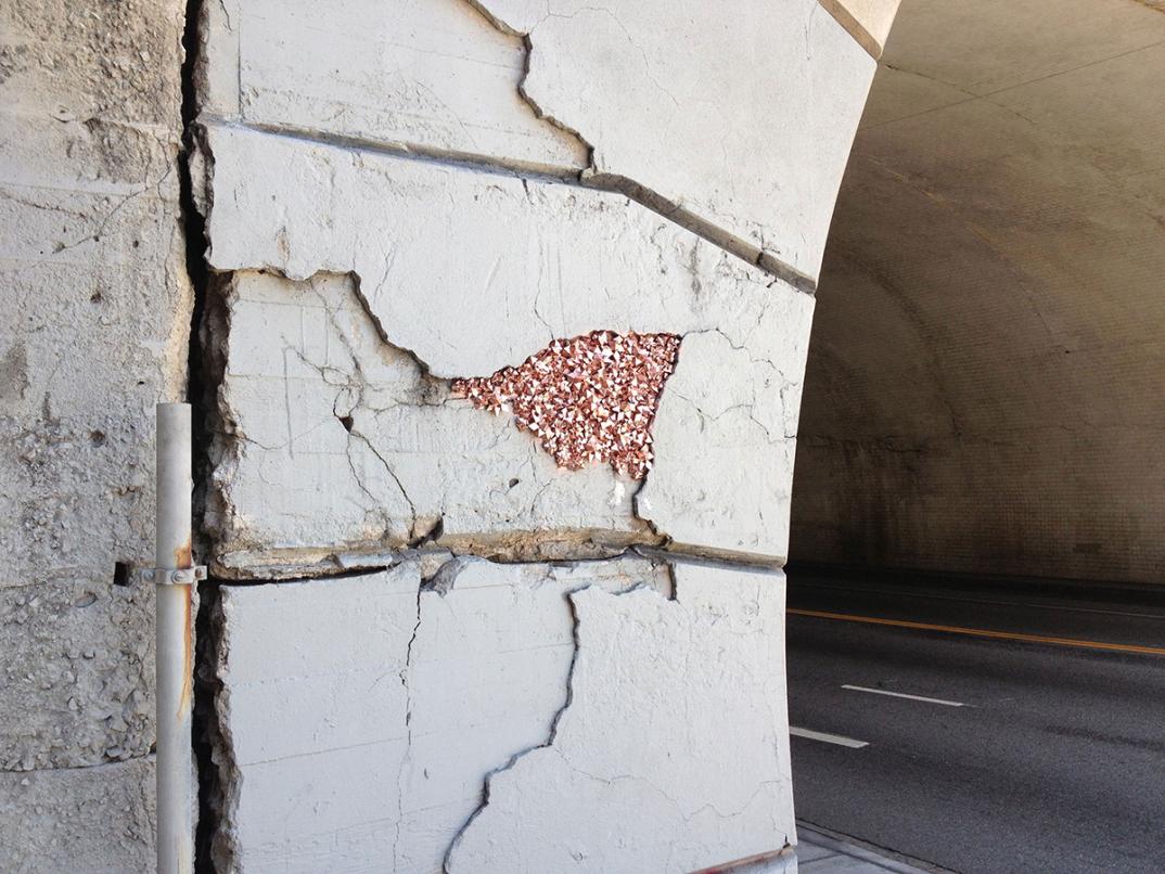 street-art-cristalli-geodi-installazioni-muri-città-Paige-Smith-3