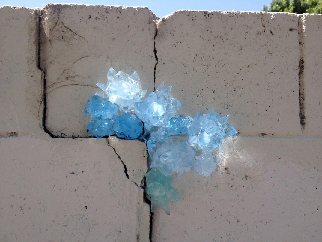 street-art-cristalli-geodi-installazioni-muri-città-Paige-Smith-4