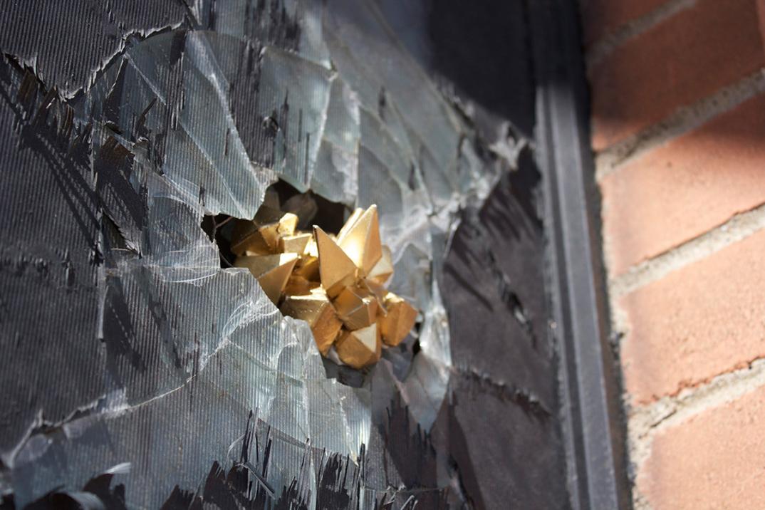 street-art-cristalli-geodi-installazioni-muri-città-Paige-Smith-5